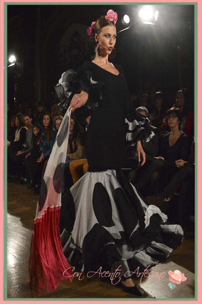 Traje de flamenca negro de lunares extra grandes de El Ajoli