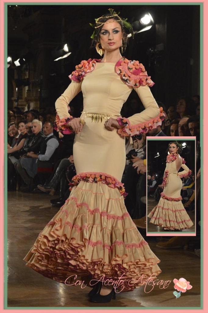 Madroños y volantes toreros en vestido de flamenca de Sanchez Murube
