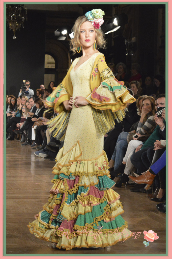 Vestido de flamenca amarillo de Angela y Adela en We Love Flamenco 2015