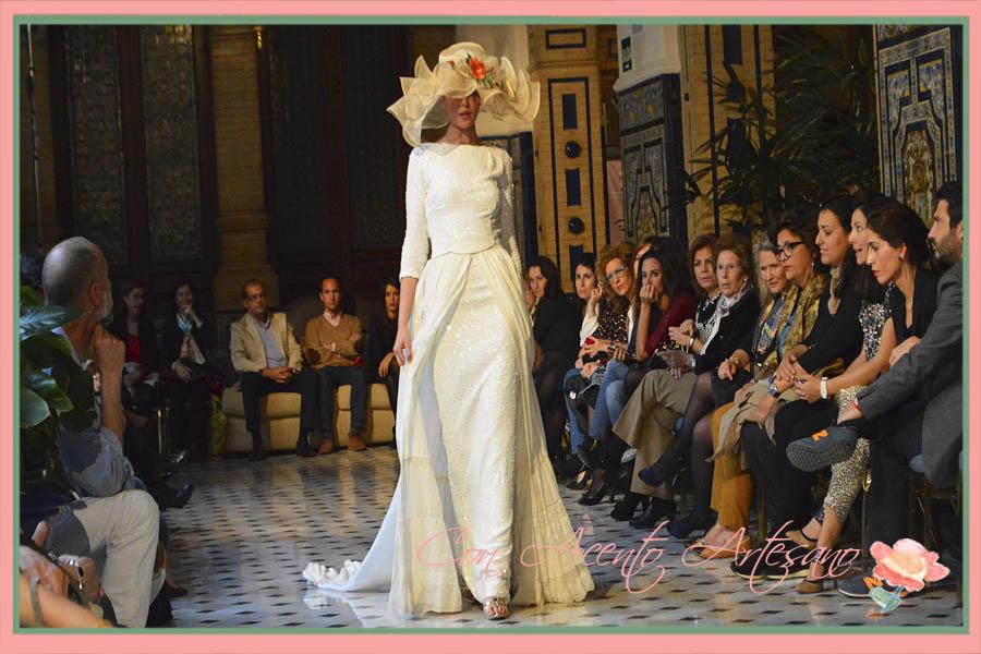 Traje de novia con pamela de Taller de Diseño en Aires de Boda 2015