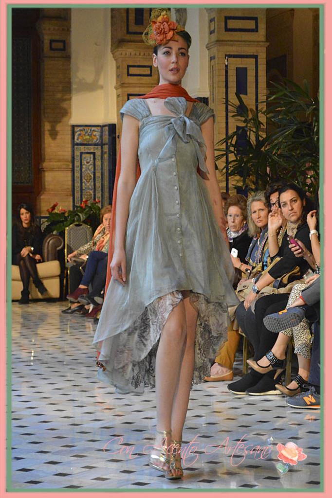 Traje cóctel gris de doble largo de Taller de Diseño en Aires de Boda 2015