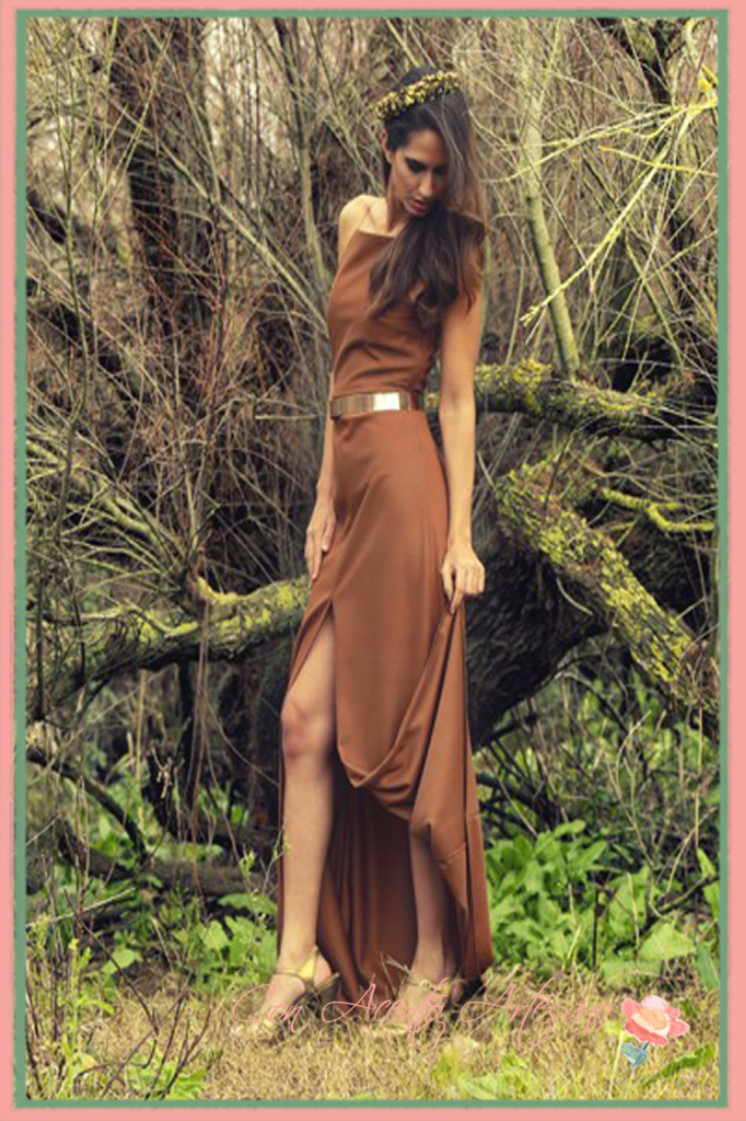 Vestido largo con abertura en marrón chocolate modelo Lesaht de Mi Jimena