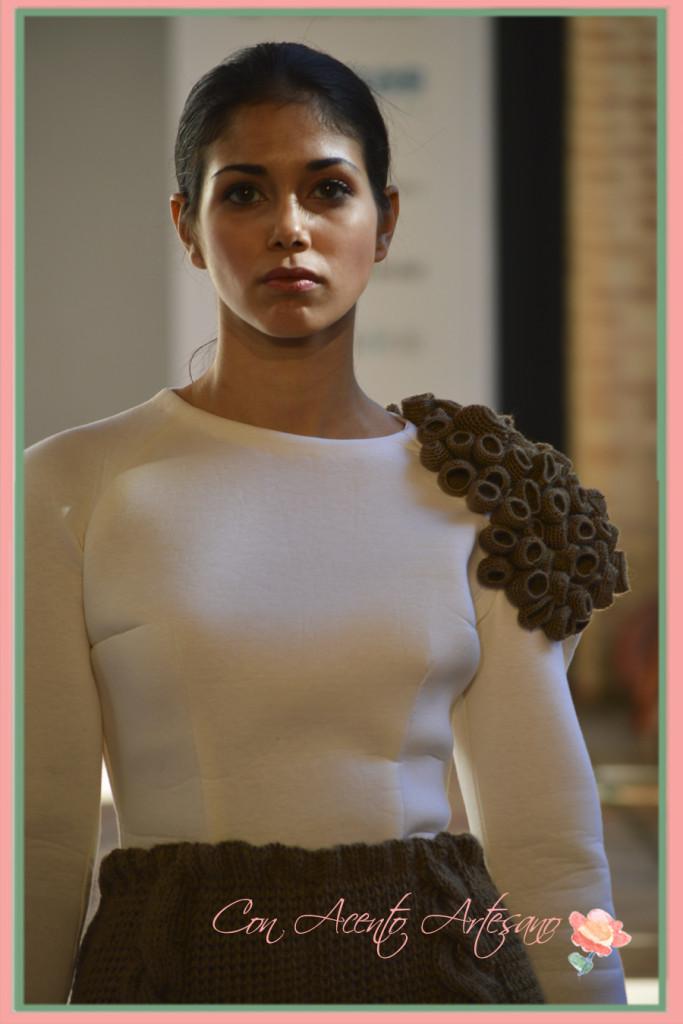 Tricotado al hombro en top de neopreno blanco de Pedro Pires en Andalucia de Moda 2015