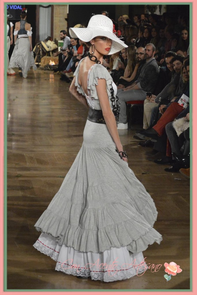 Bata rociera gris de Sergio Vidal en We Love Flamenco 2015