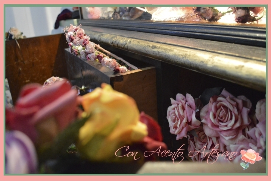 Rincones de tocados de flores en la tienda de Carmen Sanchez