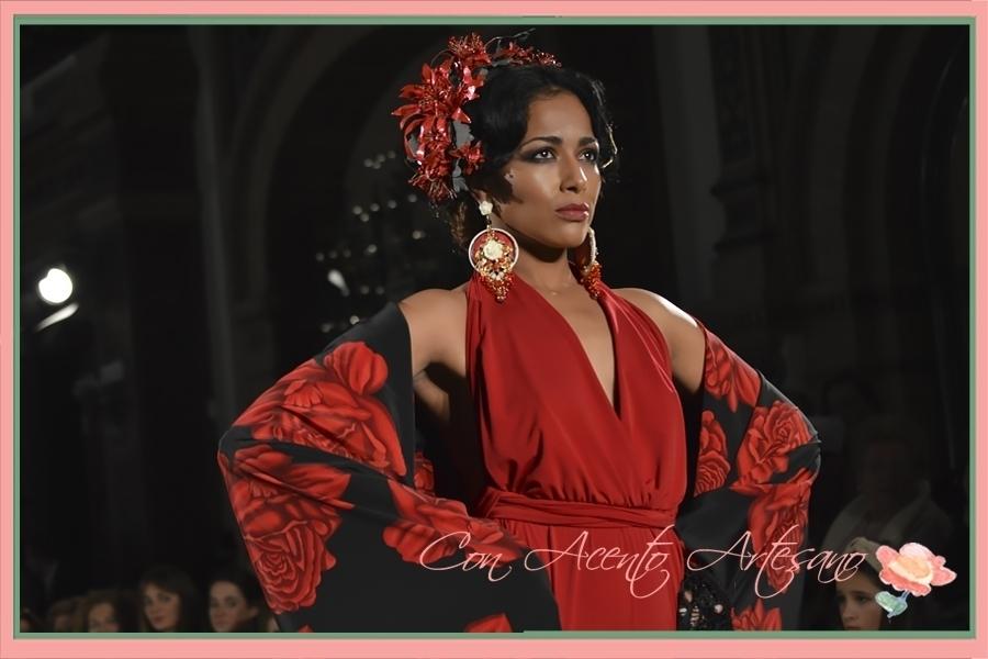Mantón negro de rosas rojas a juego con flores de talco y pendientes de Antonio Moro