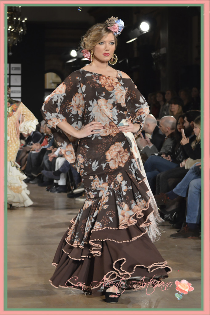 Traje de flamenca estampado sobre marrón chocolate de Ángeles Verano en We Love Flamenco 2016