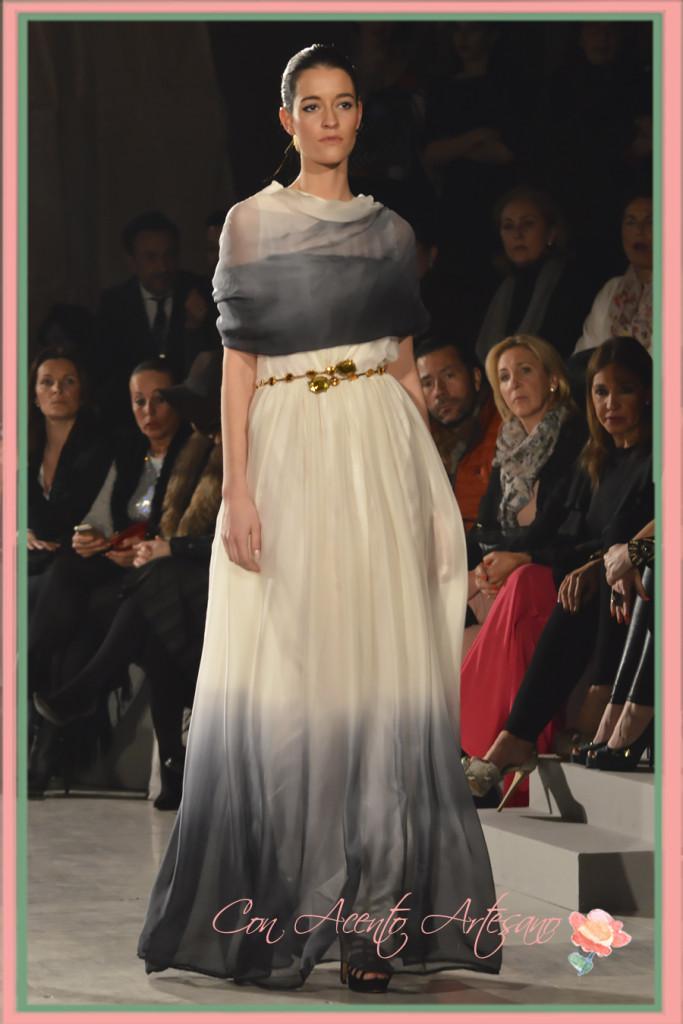 Vestido blanco de seda degradado en tonos grises de LaPaca Costura