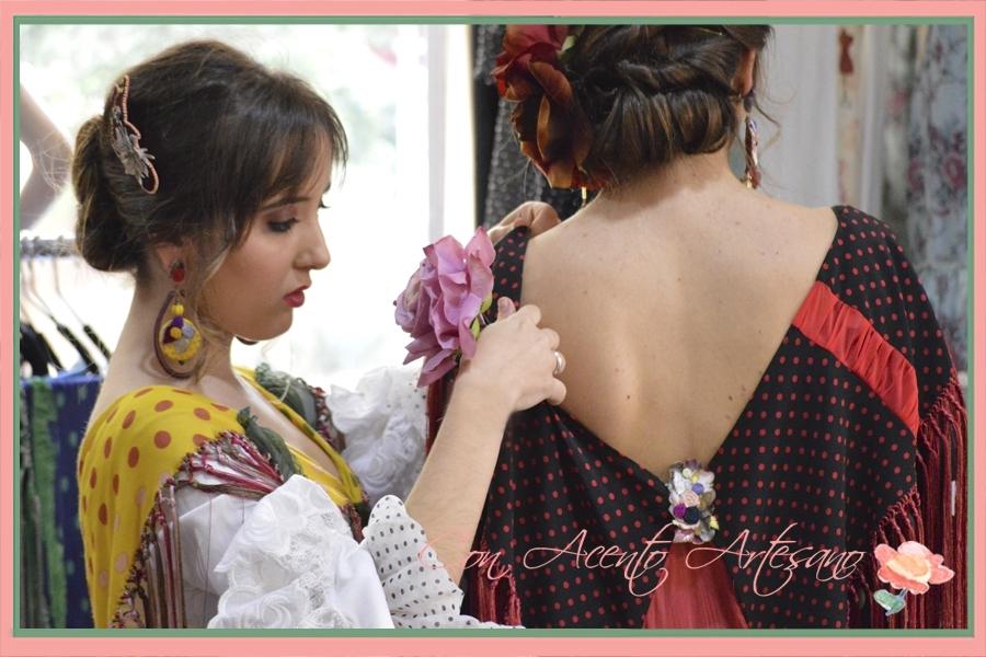 Rocío colocando a María el mantoncillo de Taller de Diseño