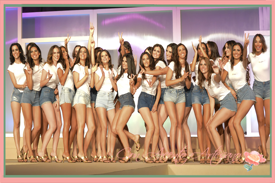 Las 23 candidatas a Miss World Sevilla vestidas con shorts denim y camisetas de The Style Outlets