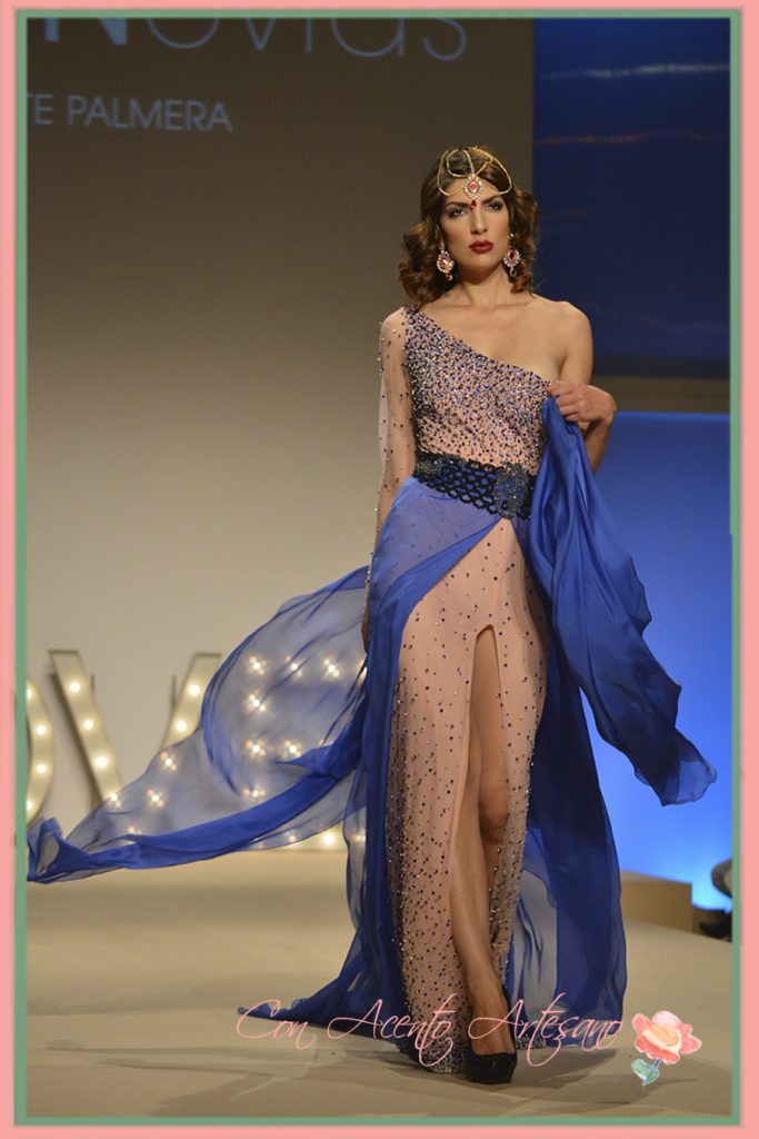 Vestido largo asimétrico de Higar Novias en Sevilla de Boda 2015