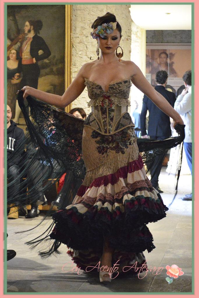 Falda de vuelo de capa en este traje de flamenca de encaje de Rosalía Zahino