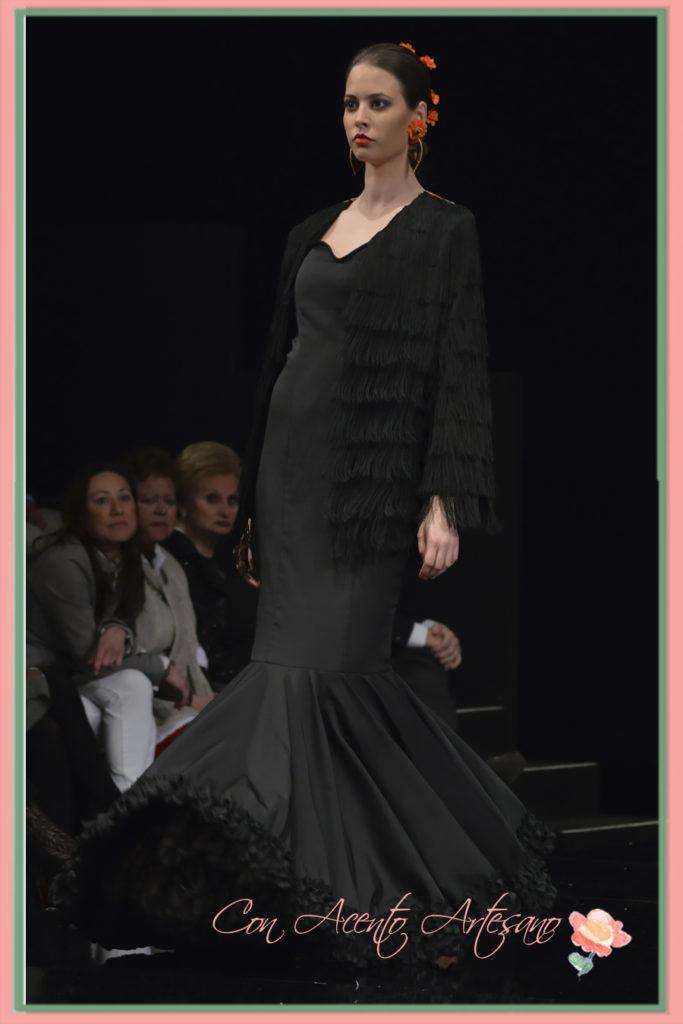 Traje de flamenca de Ángeles Gálvez en negro con kiomono flecado por delante