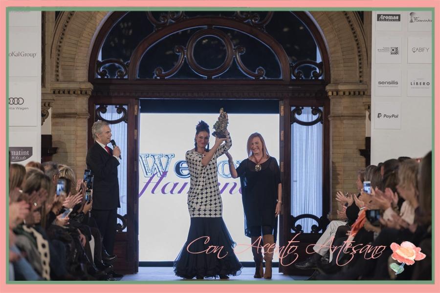 Marina Heredia recibiendo el premio Flamenca con Arte de manos de Ángeles Verano