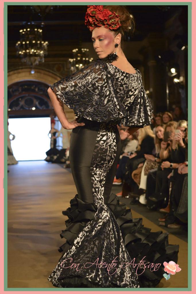 Traje de flamenca negro con estampado en plata y mangas de capa de Rosa Pedroche
