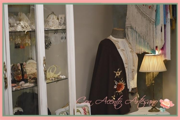 Un rinconcito coqueto el Atelier de María José Segura cuya protagonista es una de sus capas rocieras bordadas