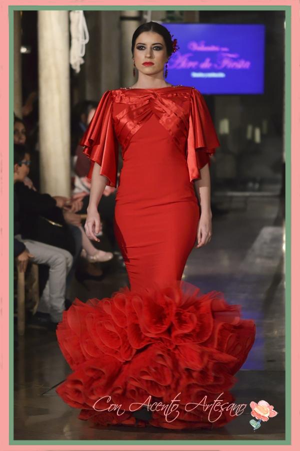 Traje de flamenca rojo con mangas de capa y talle bajo de Volantes con Aire de Fiesta