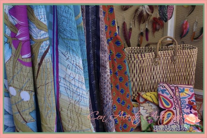 Bolsitos y pendientes de plumas en Gran Soho Alameda