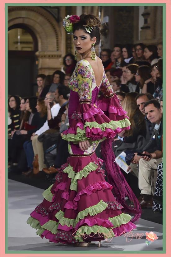 Traje de flamenca buganvilla con volantitos pistacho de Lola Azahares