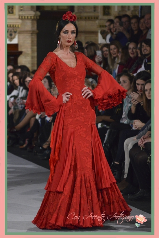 Traje de flamenca rojo en brocado y plisado de El Ajolí en We Love Flamenco 2018