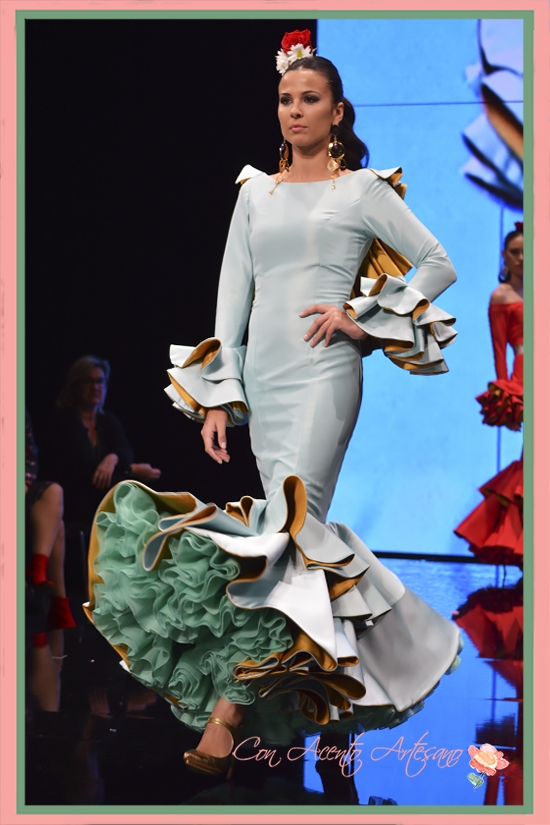 Traje de flamenca celeste con volantes de capa y escote a la espalda de Miríam Galvín en SIMOF 2018
