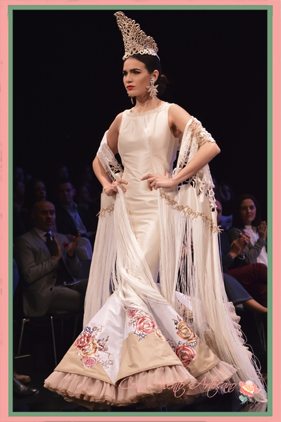 Traje de flamenca sin mangas y vuelo de capa con mantón a juego de Francisco Tamaral