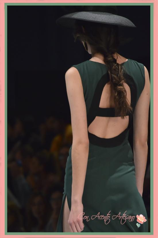 Espalda abierta de Ángeles Gálvez en vestido de largo midi