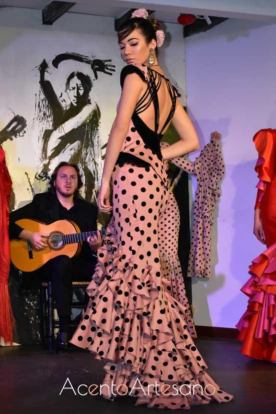 Traje de flamenca de encajes, corsé y espalda descubierta de Vcitorio y Lucchino