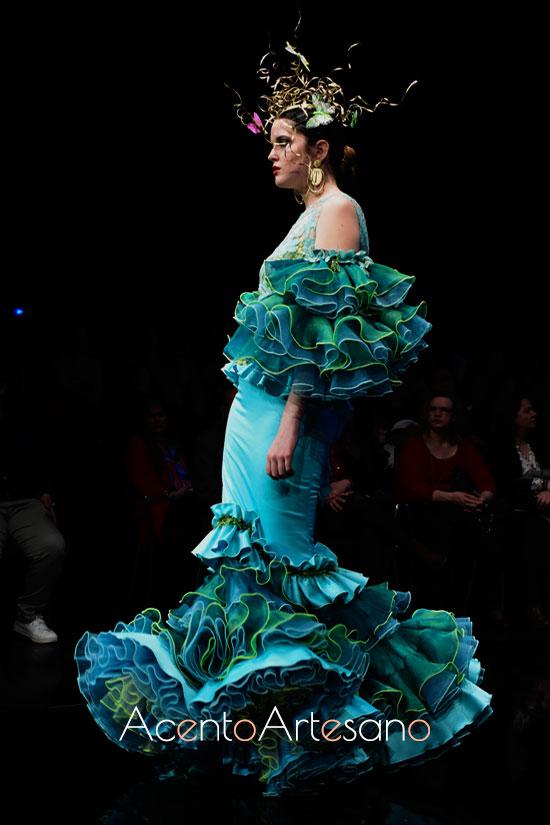 Traje de flamenca en verde y azul de hombros descubiertos de Francisco Tamaral
