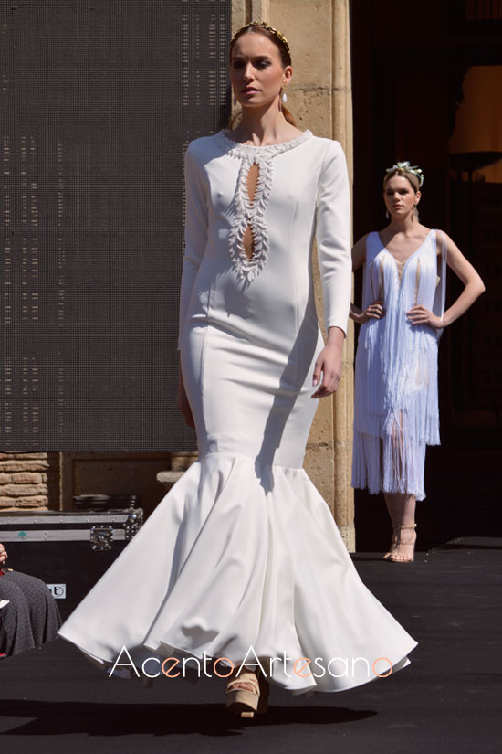 Traje de flamenca blanco de vuelo de capa  de Rebeca Moda Flamenca