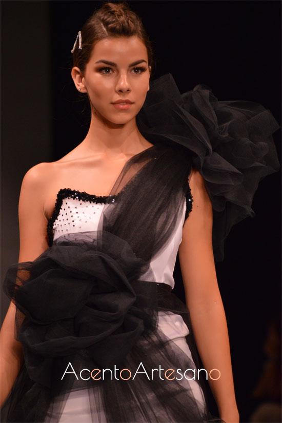 Vestido cóctel en blanco y negro de Lorena Leal