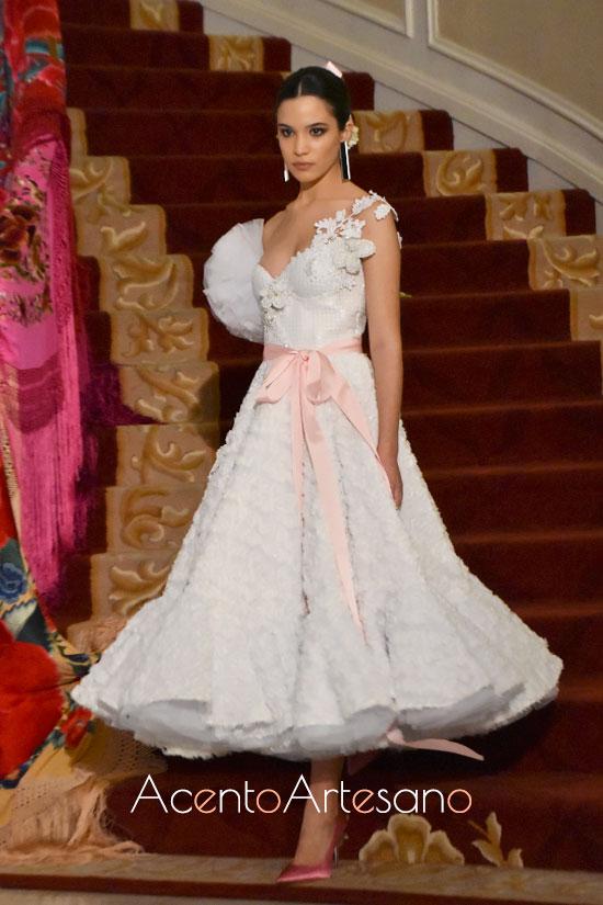 Traje de flamenca blanco para novias de largo midi de Luis Fernández para Úniqo Qlamenco