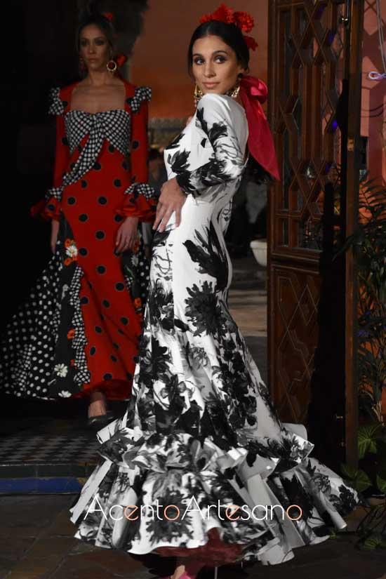 Traje de flamenca blanco de estampado en negro de Lina 1960