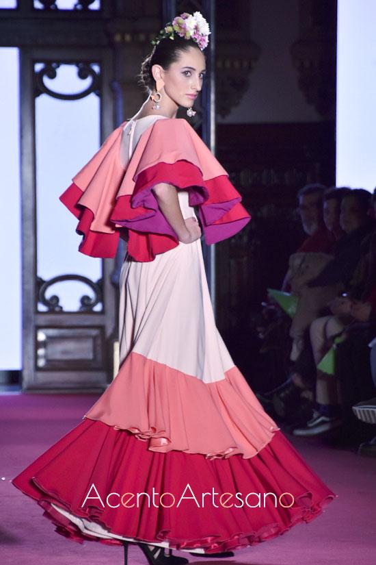 Traje de flamenca blanco con vuelos de colores de Alba Calerón