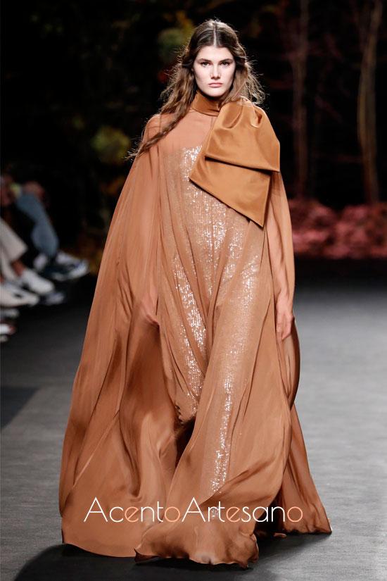 Vestido de lentejuelas con sobrevesitod de seda de The 2nd skin and Co. en la MBFWMadrid