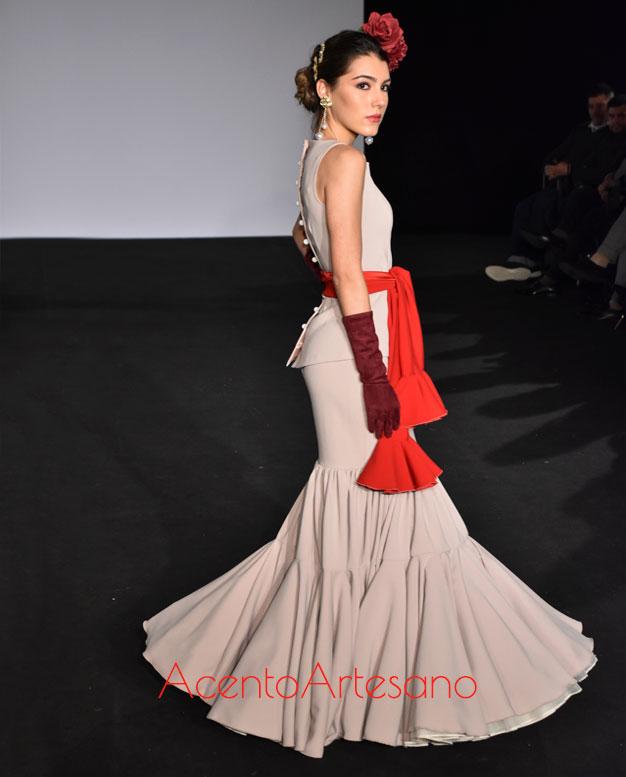 Traje de flamenca de dos piezas, sin mangas, en beige con lazada roja  de vuelo canastero de Mg Macías