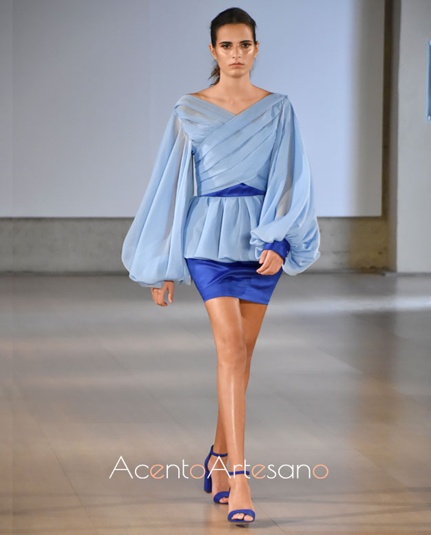 Blusa con volante peplum y mini en tono índigo al contraste de Consuelo García